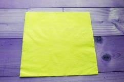 Gelbes Abwischen auf dem Tisch lizenzfreie stockbilder
