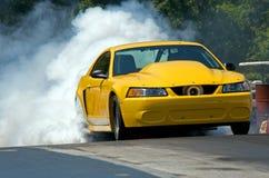 Gelbes Auto an den Rennen Stockbild