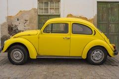 Gelbes Auto in der alten Straße, Lanzarote stockfotografie
