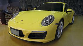 Gelbes Auto Porsche 911 Carrera S im Ausstellungsraum Stockbilder