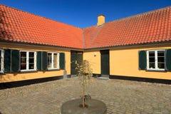 Gelbes Bauernhofhaus Stockbilder
