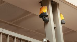 Gelbes Blinklicht über einem Garagentor Stockbild