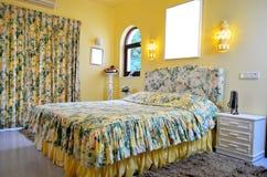 Gelbes Blumenschlafzimmer Lizenzfreies Stockbild