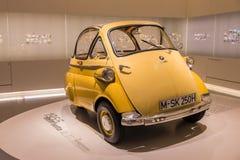 Gelbes BMW Isetta - schöner kleiner Oldtimer stockbild
