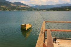 Gelbes Boot auf dem Berg sehen Lizenzfreies Stockfoto