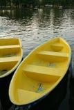 Gelbes Boot im Fluss Stockbilder