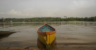 Gelbes Boot in Mangalur Lizenzfreie Stockfotografie