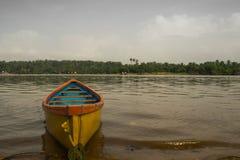 Gelbes Boot in Mangalur Stockbild