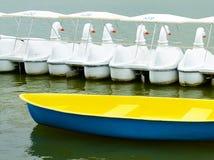 Gelbes Boot und Schwanboote Lizenzfreies Stockfoto