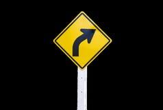 Gelbes Brett der Verkehrsschilder auf dem schwarzen Hintergrund lokalisiert Lizenzfreie Stockfotos