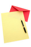Gelbes Briefpapier und roter Umschlag Stockbilder