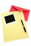 Gelbes Briefpapier und roter Umschlag Lizenzfreies Stockfoto