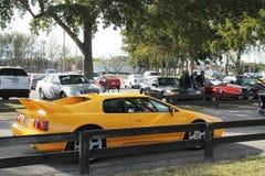 Gelbes britisches Sportauto gefahren Stockfotos