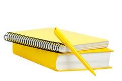 Gelbes Buch, Copybook und Feder Stockbild