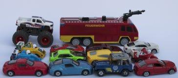 Gelbes Busrollen Obenliegende Ansicht über buntes Auto stockbild