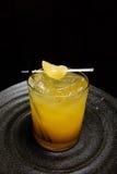 Gelbes Cocktail in den Felsen Glas Lizenzfreies Stockbild