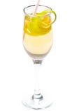 Gelbes Cocktail im Glas mit Zitronetorsion Stockbild