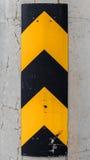 Gelbes der vertikalen Vorsicht gestreiftes und schwarzes Zeichen Lizenzfreie Stockbilder
