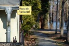 Gelbes deutsches Verkehrszeichen, das den Ausgang frei verlässt stockfoto