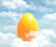 Gelbes Ei am Himmel stockbilder