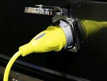Gelbes Elektroautoladegerät Stockbild
