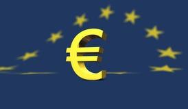 Gelbes Eurozeichen mit europäischer Flagge im Hintergrund Lizenzfreies Stockfoto