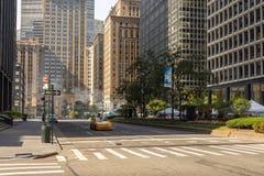 Gelbes Fahrerhaus auf den Straßen und den Wolkenkratzern in der Mitte von New York City nahe 5. Allee Stockbilder