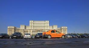 Gelbes Fahrerhaus in Bucharest lizenzfreies stockbild