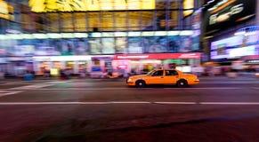 Gelbes Fahrerhaus, das sich schnell bewegt Stockbilder