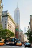 Gelbes Fahrerhaus an der 5. Allee in New York City Stockfotos