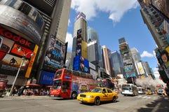 Gelbes Fahrerhaus im Times Square, New York City Stockbilder