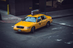 Gelbes Fahrerhaus New York City biegen nach links ab Lizenzfreies Stockfoto