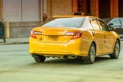 Gelbes Fahrerhaus in NYC Taxi entlang Manhattan-Straße Stockbilder