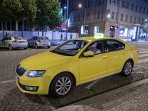 Gelbes Fahrerhaus oder Taxi auf Wenceslas Square nachts in Prag lizenzfreie stockfotografie