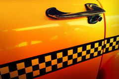 Gelbes Fahrerhaus-Taxi, Tür des Taxis mit Kontrolleur stockfotografie