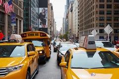 Gelbes Fahrerhaus und Schulbus nyc Lizenzfreies Stockfoto