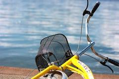Gelbes Fahrrad Lizenzfreie Stockfotografie