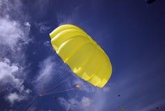 Gelbes Fallschirm-Himmel-Blau Lizenzfreies Stockbild