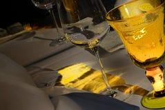 Gelbes festliches Tabellenset Lizenzfreie Stockbilder