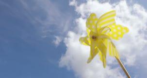 Gelbes Feuerradspielzeug gegen blauen Himmel Seashells gestalten auf Sandhintergrund stock footage