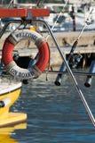 Gelbes Fischerboot des Sports mit Stangen und Rettungsring mit Text lizenzfreies stockbild