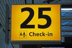 Gelbes Flughafenrichtungs-Abfertigungszeichen Stockbild