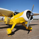 Gelbes Flugzeug Lizenzfreie Stockfotografie