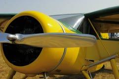 Gelbes Flugzeug mit Chrompropeller Stockbild