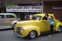 Gelbes Ford 1940 und eine Frau mit Gläsern Lizenzfreie Stockfotografie