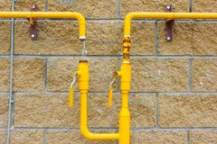 Gelbes Gasrohr auf der Wand, angeschlossen dem Gas an es Neues Haus, Stockfoto