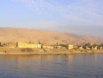 Gelbes Gebäude auf dem Nil Stockfoto