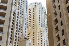 Gelbes Gebäude des Hochhauses, das von unterhalb morgens Dubai betrachten Lizenzfreie Stockbilder