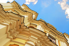 Gelbes Gebäude und blauer Himmel, ukrainisches Konzept Stockbilder