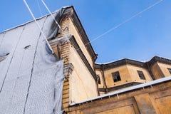Gelbes Gebäude unter Erneuerung lizenzfreies stockfoto
